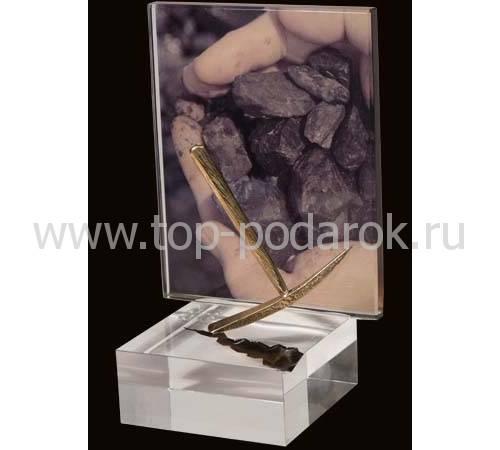 """Сувенир """"Кирка на фоне шахтерских рук"""" 0-У-3"""